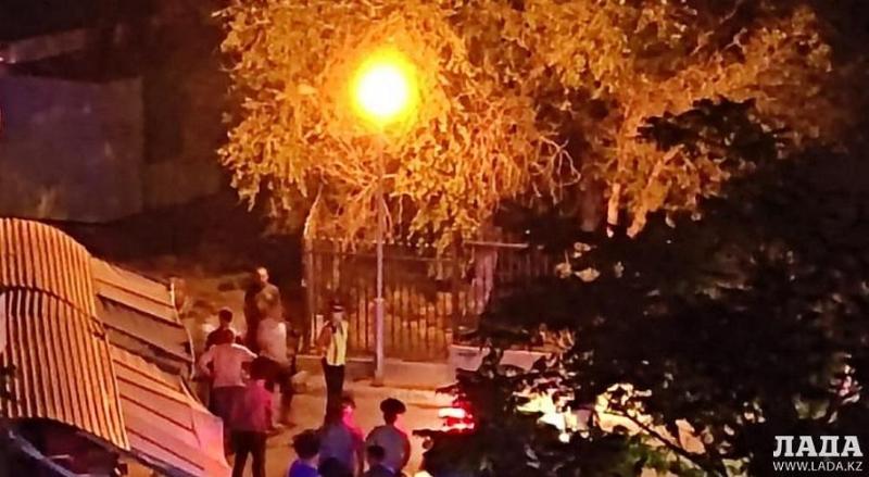 Ребёнка насмерть ударило током от фонарного столба в Актау