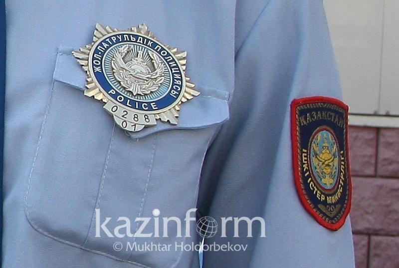 Женщина наехала на полицейского и обвинила его в повреждении зеркала в Алматы