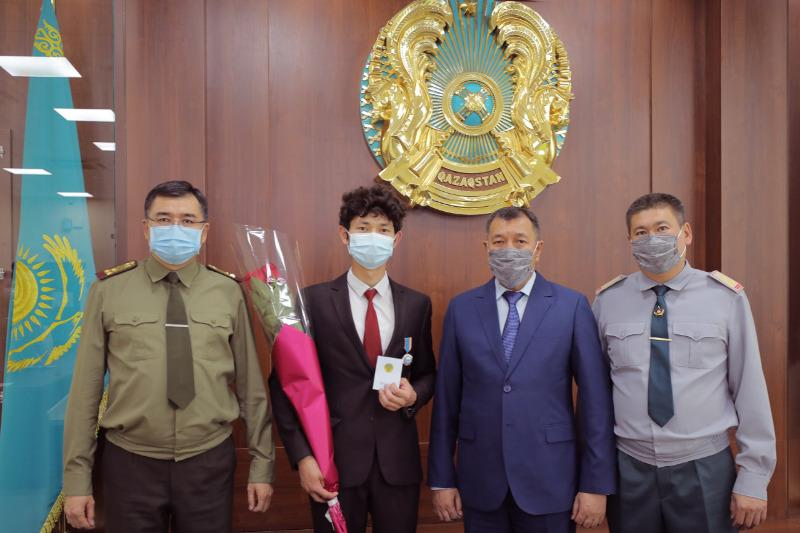 Төтенше жағдайлар министрі субұрқақтан балаларды құтқарған студентті марапаттады