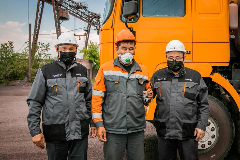 42 металлурга получили ключи от квартир в Аксу
