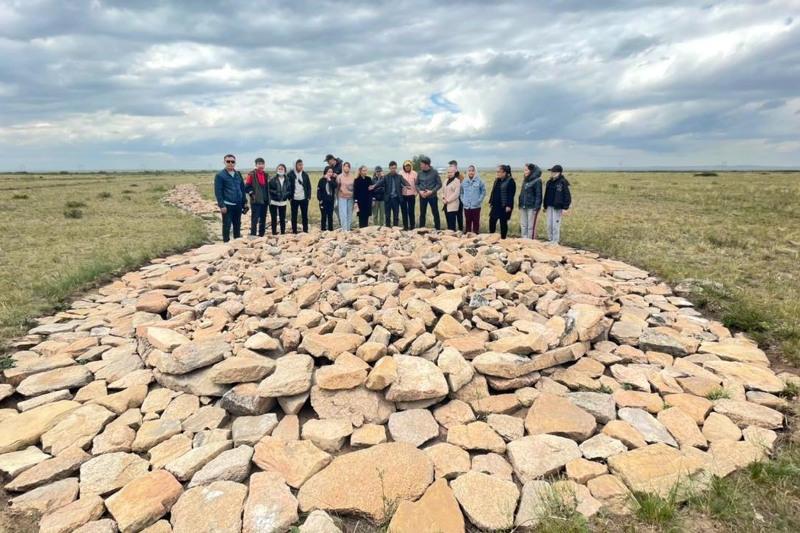 Экспедицию на могильник Каражартас организовали для школьников Карагандинской области