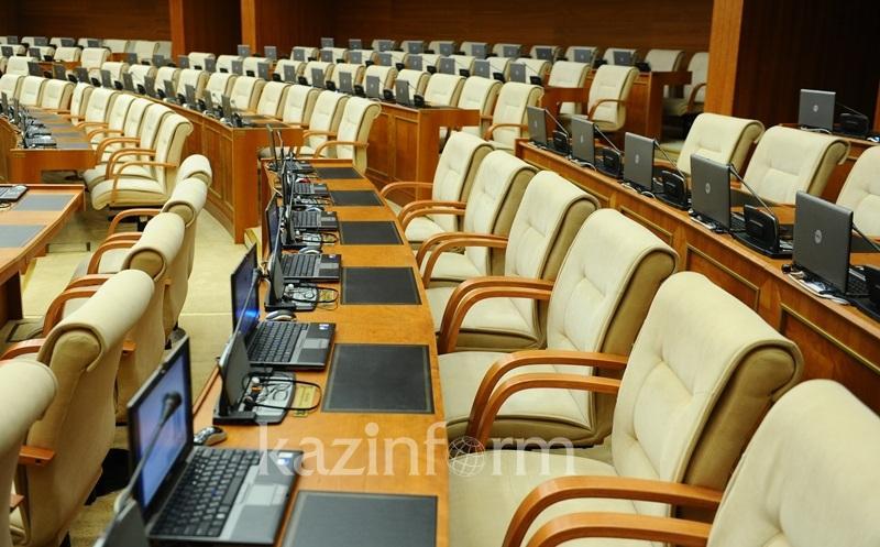 Parlament depýtattary kanıkýlǵa ketti