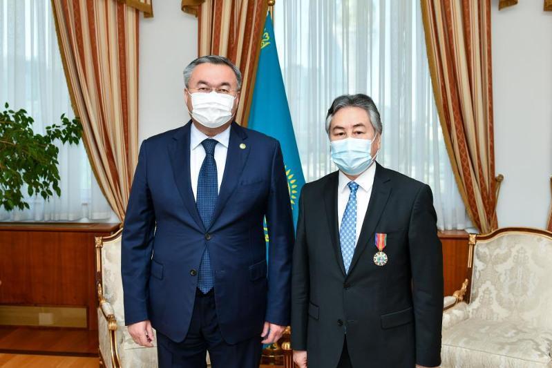 外长向吉尔吉斯驻哈大使授予友谊勋章