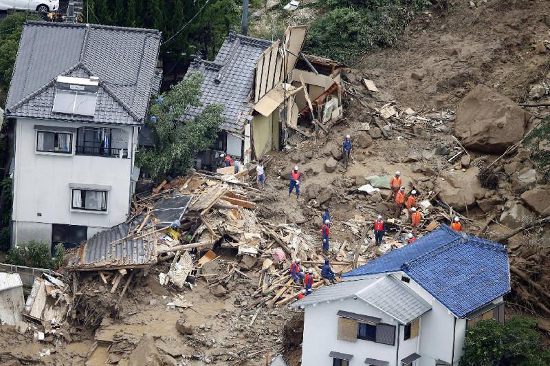 日本静冈县泥石流导致20人失踪