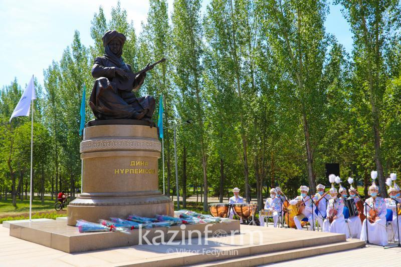 著名冬不拉作曲家努尔佩伊索娃雕像在首都揭幕