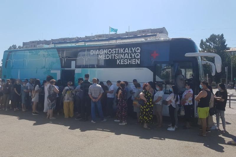 В очереди за вакциной против КВИ выстраиваются жители Уральска