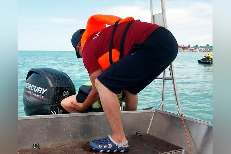 Перевернувшихся на скутере на озере Алаколь людей спасли в ВКО