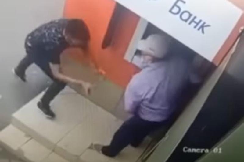 Oralda bankomat janynda zeınetkerdiń aqshasyn alyp qashqan turǵyn ustaldy