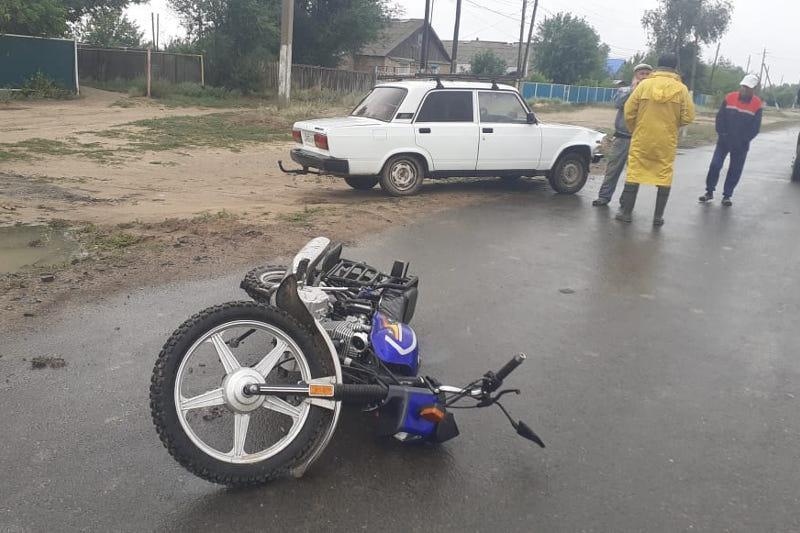 Batys Qazaqstanda avtokólik mototsıkl mingen jasóspirimdi qaǵyp ketti