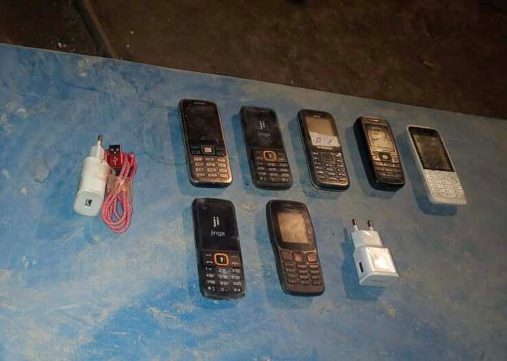 Жүк тасымалдаушы 63 есірткі заты мен 43 телефонды түрмеге өткізбек болған
