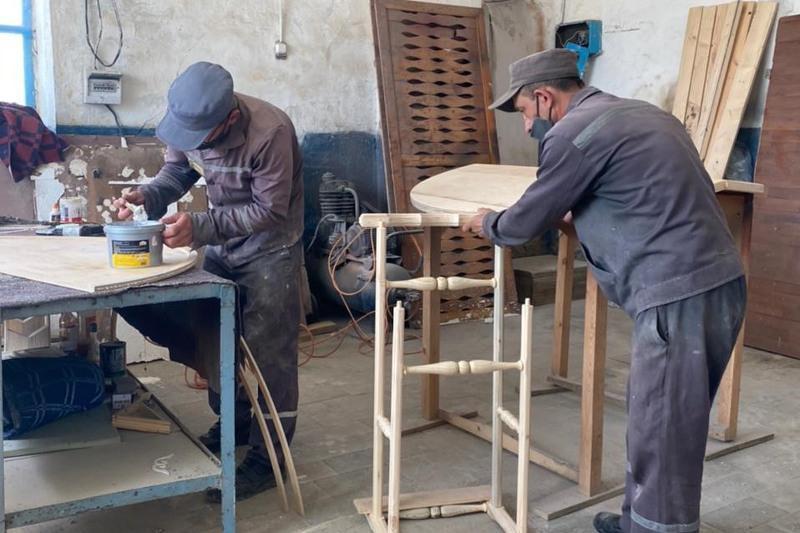 Ақмола облысында сотталғандар ағаш пен темірден түрлі бұйымдар жасауда