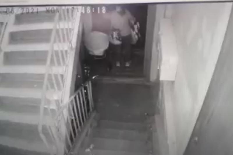 Елордада балалар арбасын ұрлаған 27 жастағы келіншектің әрекеті камераға түсіп қалды