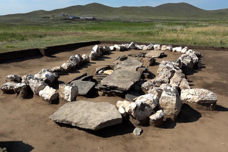 东哈州山区出土萨克部落时期金属文物