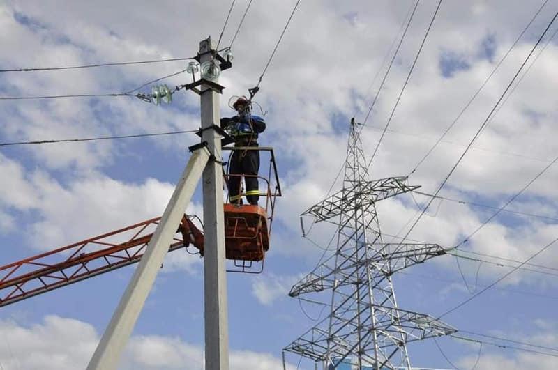 В селах Туркестанской области обновляют электрические столбы
