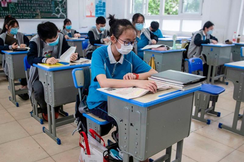 Китайским учащимся могут запретить посещать школы, если их родители не вакцинируются от КВИ