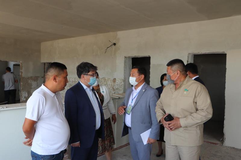 Мажилисмены ознакомились с ремонтом сельской школы в Кызылординской области