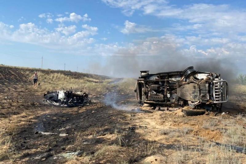 Два легковых авто столкнулись и сгорели в Актюбинской области