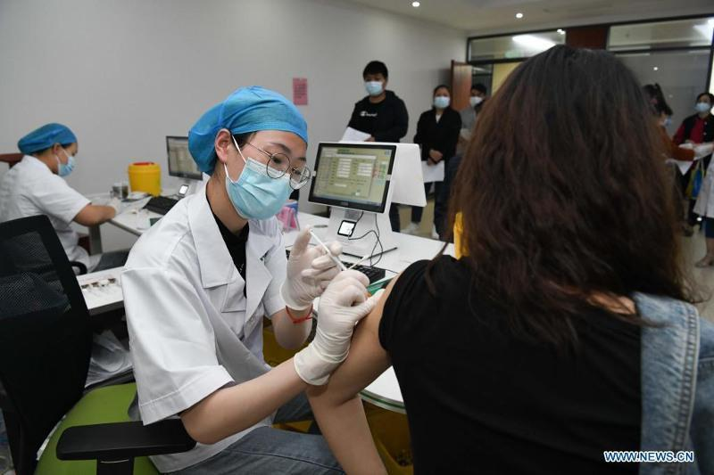 Свыше 90% жителей Пекина прошли полный курс вакцинации против коронавируса