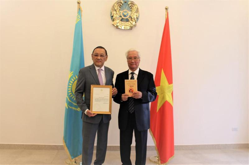 哈萨克斯坦大使向越南翻译家递交总统感谢信