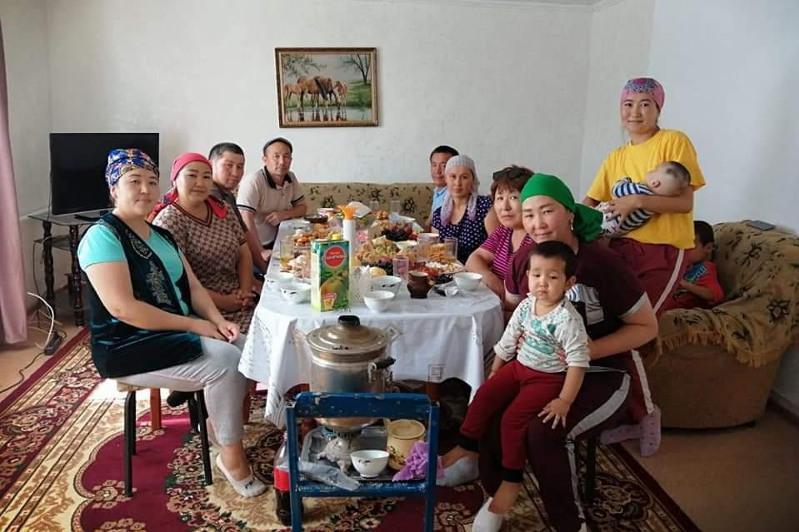 Qarqaraly turǵyndary Túrkistan oblysynan qonys aýdarýshylarǵa eki úı syılady