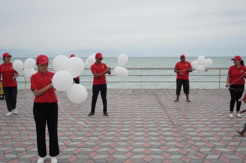Воздушные шары запустили в небо в память об утонувших на водоемах в ВКО