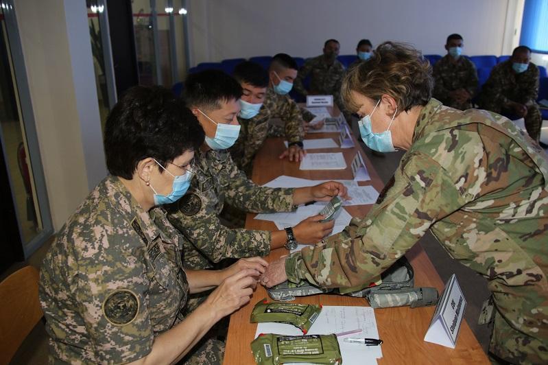 哈萨克斯坦军事医生与美国专家共同为维和行动做准备