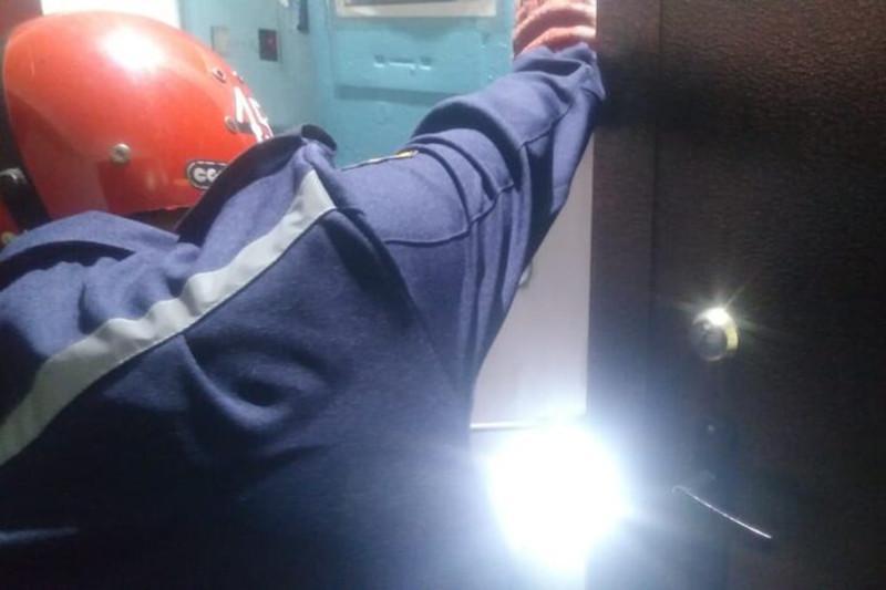 Двухлетний ребёнок закрыл маму на балконе в Семее