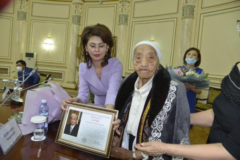 Head of State congratulates eminent Kazakhstani journalist on 100thanniversary