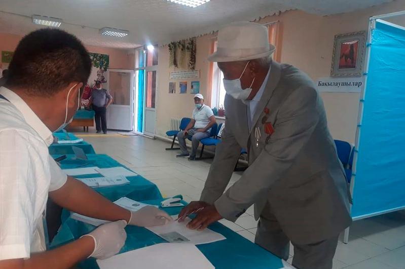 86-летний житель Арыси первым проголосовал на выборах сельских акимов