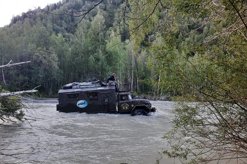 Туристы застряли в воде в горах Джунгарского Алатау