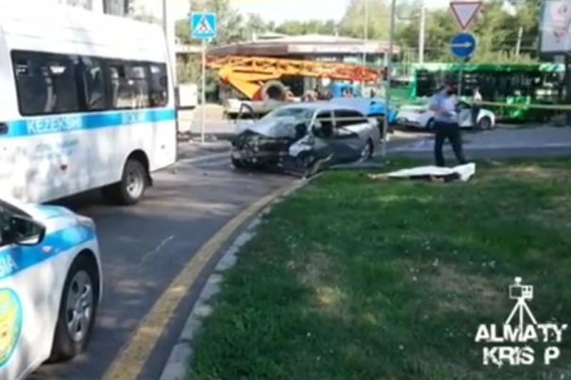 Водитель врезался в столб светофора и погиб в Алматы