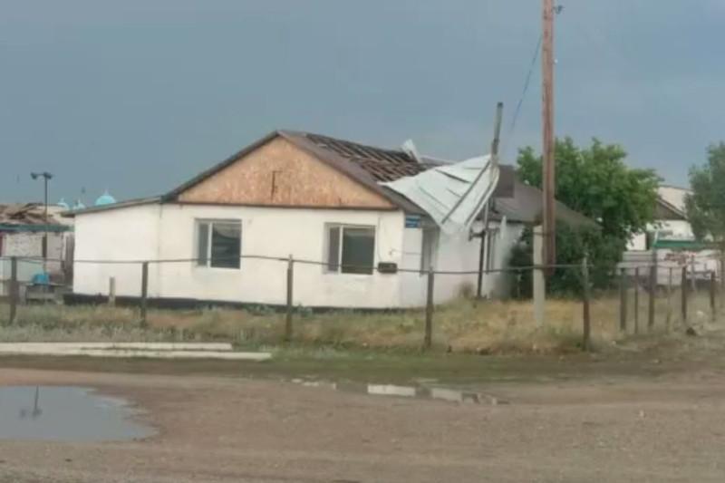 Ураган сорвал кровли домов и оставил без света жителей Акмолинской области