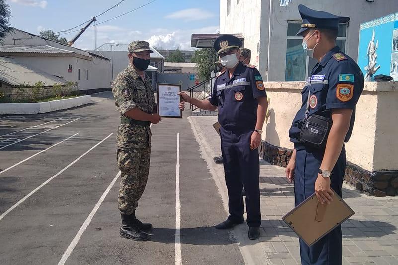 Военнослужащих наградили за спасение подростка в Семее