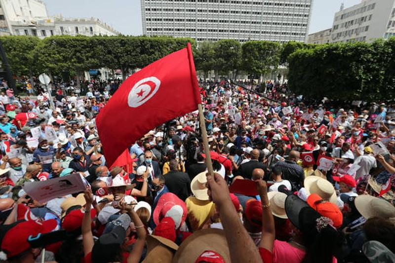Президент Туниса отправил в отставку премьер-министра и приостановил работу парламента