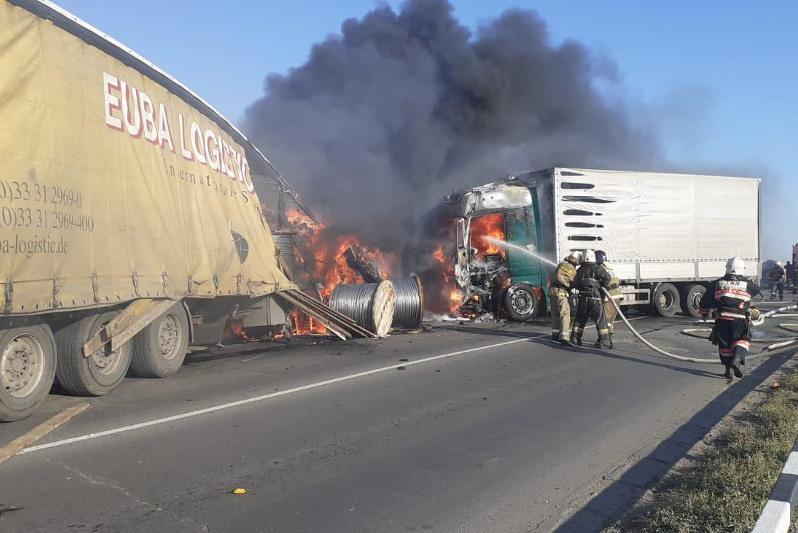 Две фуры и легковушка горели после столкновения в Павлодаре
