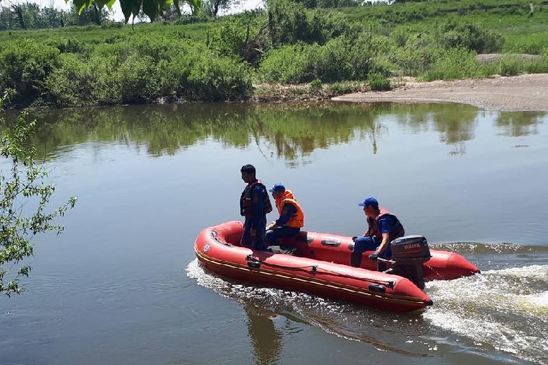 Спасатели помогли двум мужчинам на реке в Семее