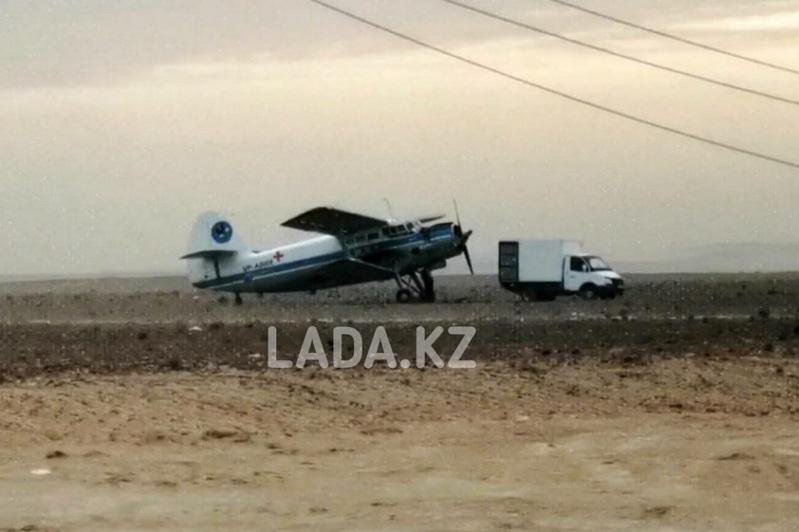Самолет санавиации вынужденно сел в степи из-за пыльной бури в Мангыстау
