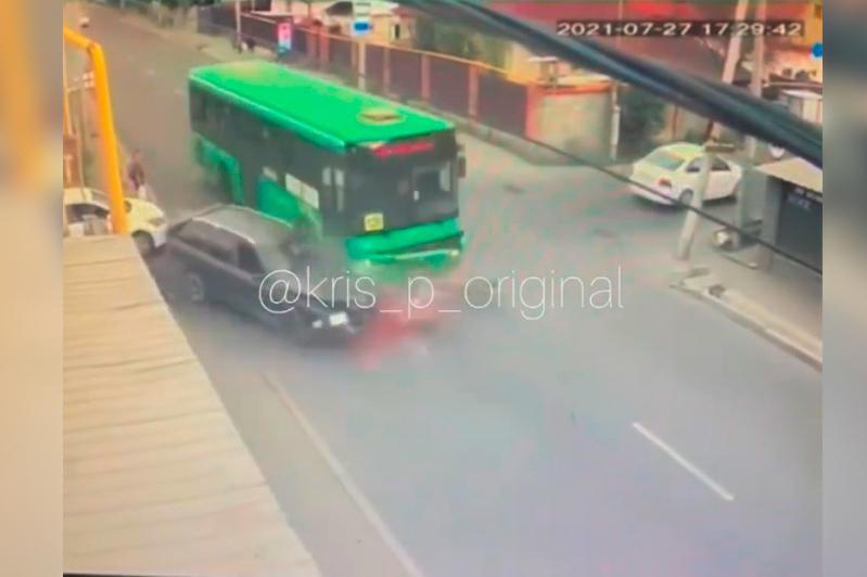 Жесткое столкновение автобуса с легковушкой попало на видео в Алматы