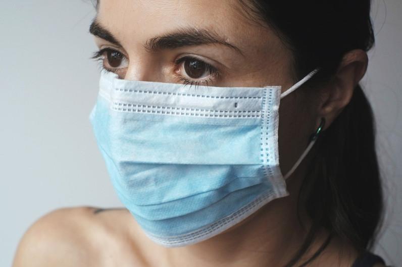 美国防疫部门建议接种疫苗者在室内继续佩戴口罩
