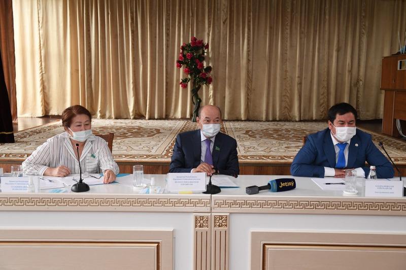 Сенаторы встретились с жителями села Капал Алматинской области