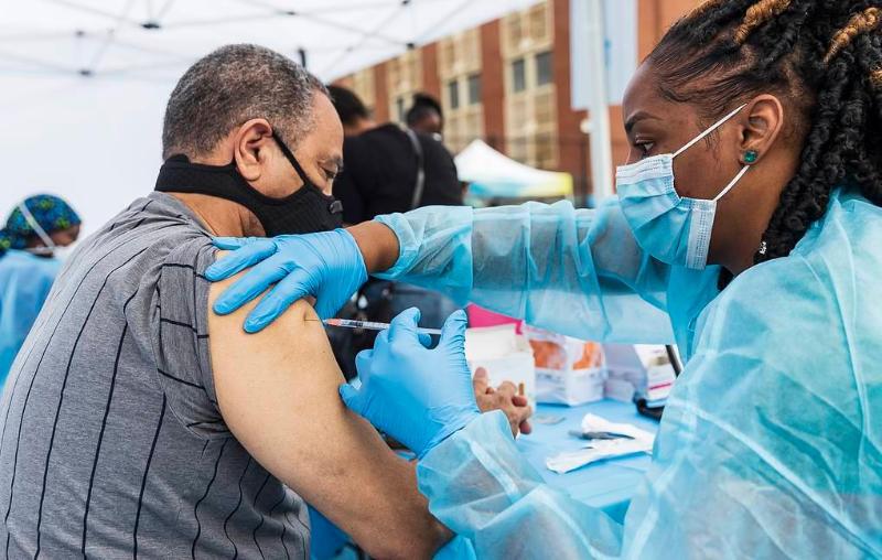 АҚШ вакциналар энди янги коронавирус штаммларидан ҳимоя қила олмайди деб хавотирланмоқда