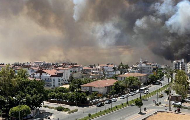 На одном из курортов Анталии бушует лесной пожар