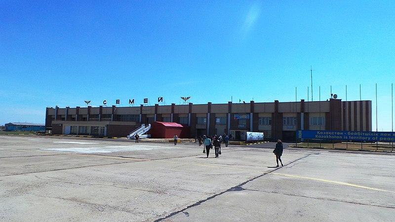Семей әуежайының ұшу-қону жолағынан құны 1,4 млн теңгелік шамдар ұрланды