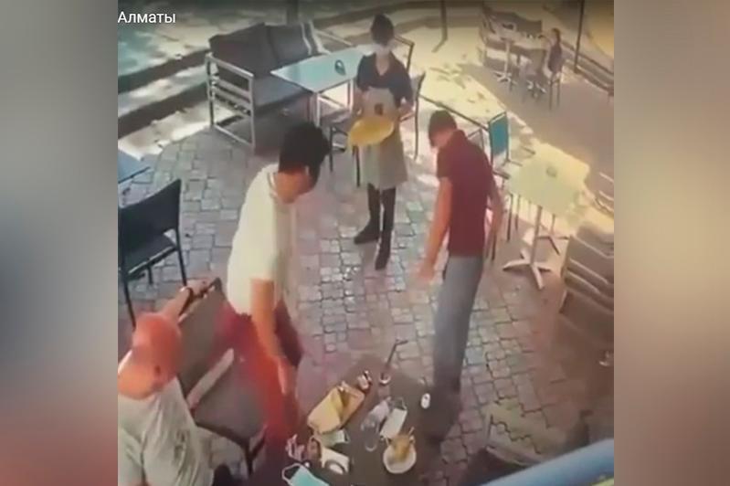 Посетитель кафе ударил официанта по лицу в Алматы