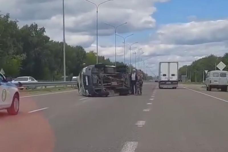 Машина скорой помощи перевернулась на трассе в СКО