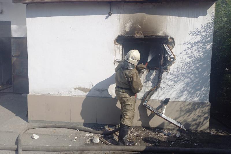 Шесть газовых баллонов вынесли из горящего магазина в Семее
