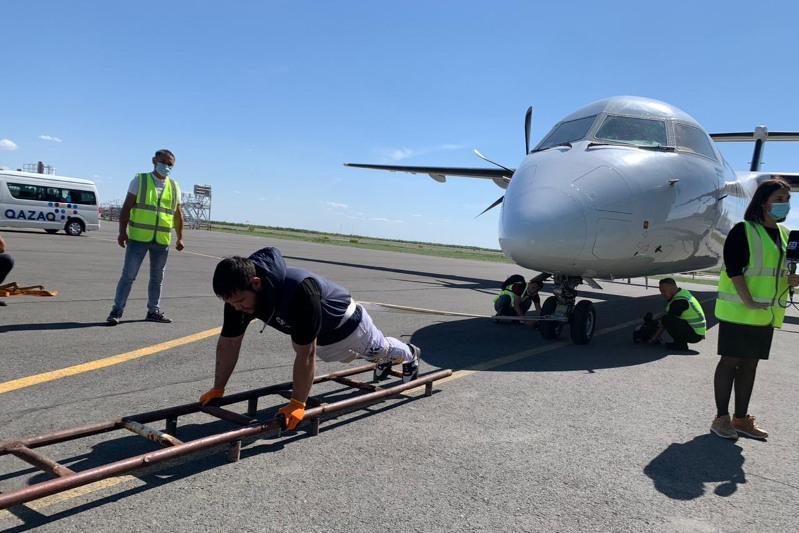 Протащить 26-тонный самолет: попытка побить рекорд не удалось казахстанцу
