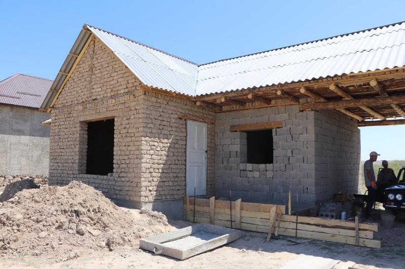 Дома для нуждающихся строят в Кентау жители села