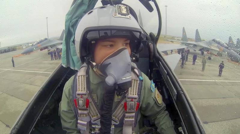 阿尔达娜·博泰中尉成为哈萨克斯坦空军首位苏30SM战机女性飞官