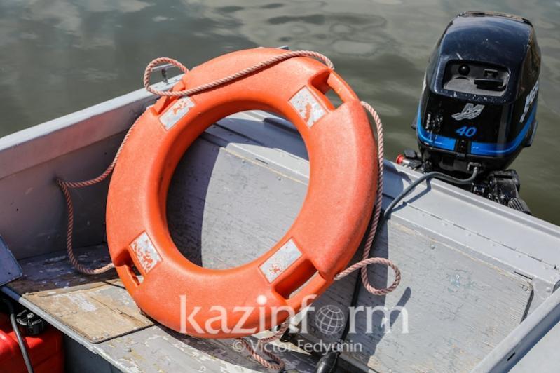 Три человека чуть не утонули, катаясь на катамаране на Капшагае